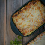 Lasagne z białą kiełbasą i sosem chrzanowym.