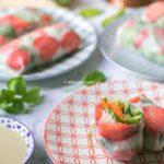 Truskawkowe spring rollsy ze szpinakiem.