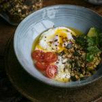 Jajka po turecku albo prosty sposób na jajka w koszulkach.