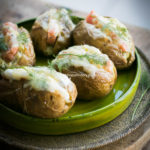 Pieczone ziemniaki z farszem serowym.